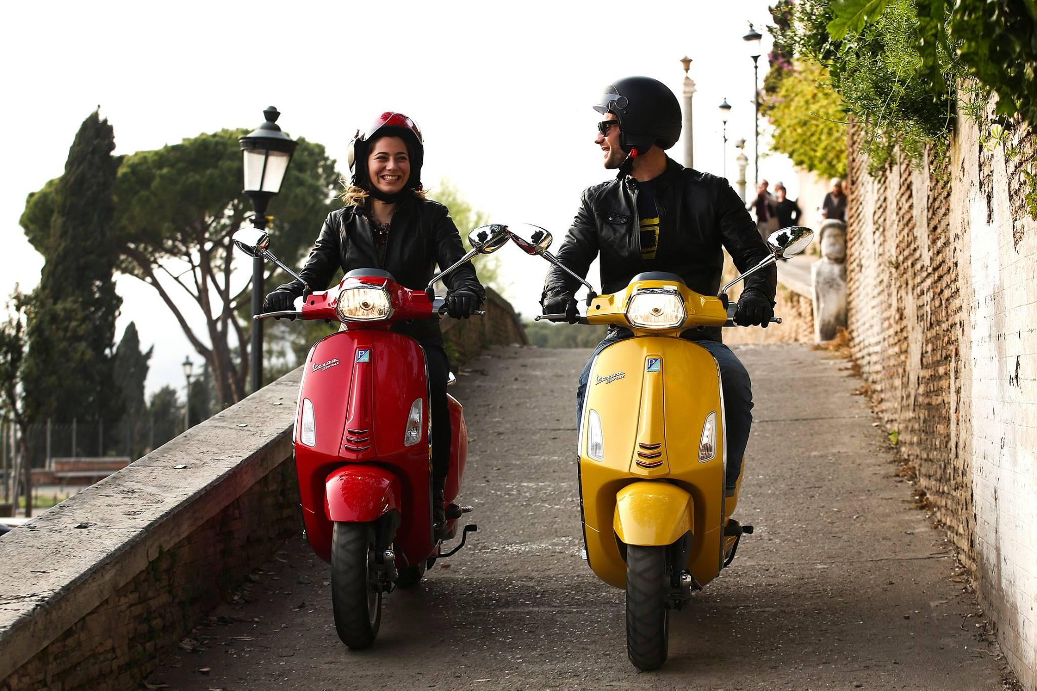mensen op scooter vespa