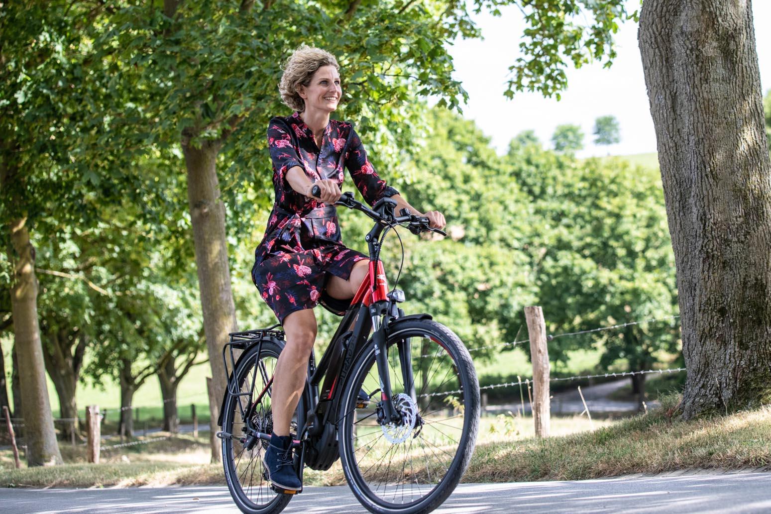 vrouw op fiets pegasus