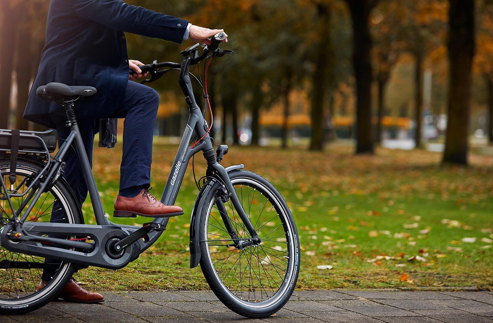 persoon op e-bike gazelle