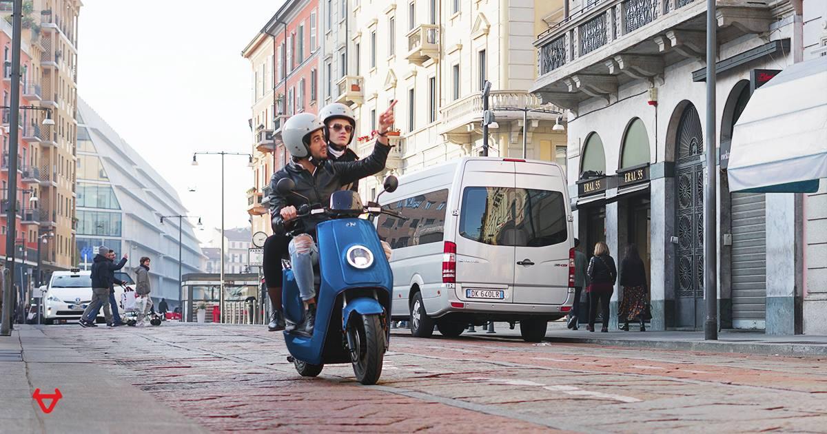 mensen op scooter niu