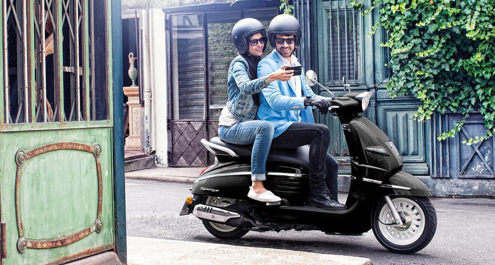 mensen op scooter peugeot
