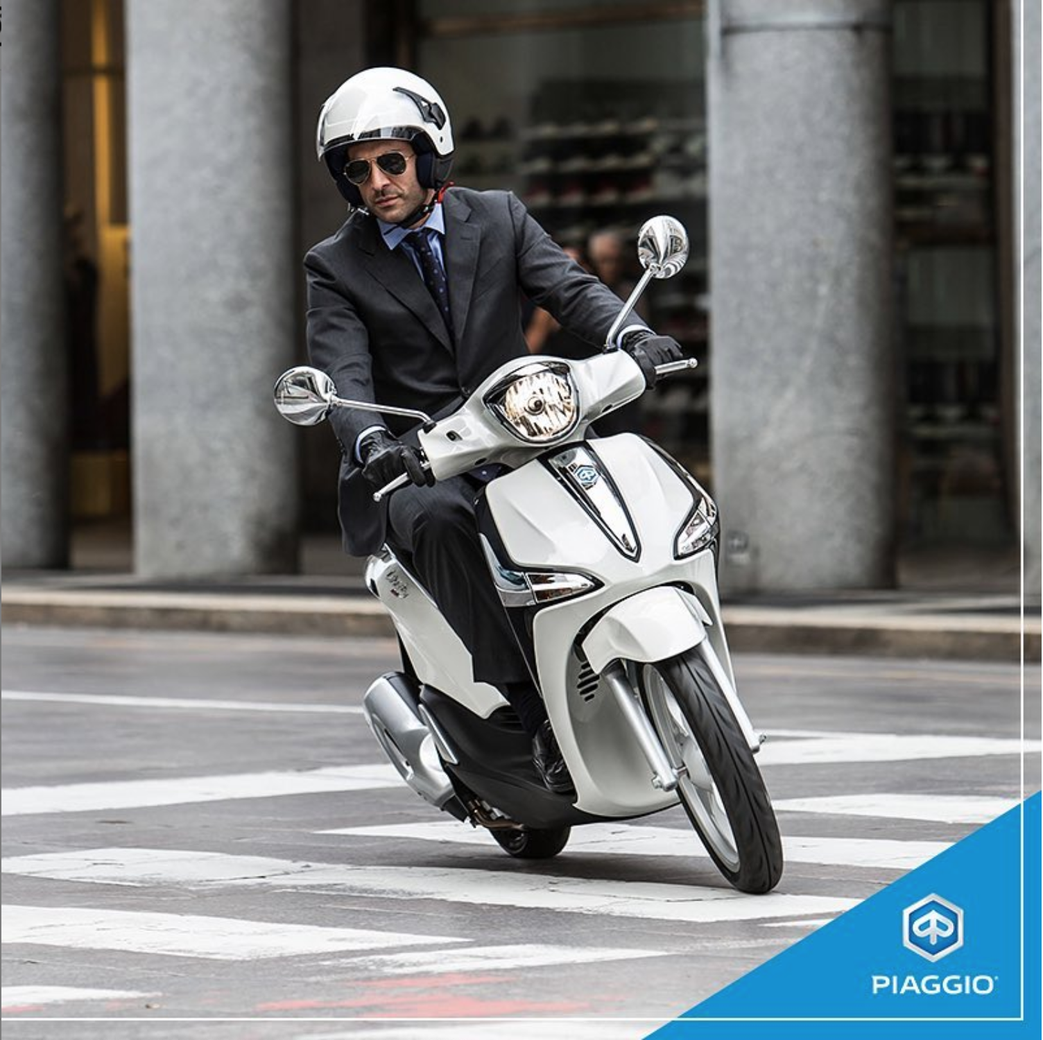 man op scooter piaggio